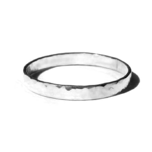 Gnoes   Ring gehamerd breed sterling zilver